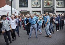 """Üben Sie gemeinsam in der Gruppe die Choreografie zum Song """"Spark of Life"""". Bildquelle: 59plus GmbH"""