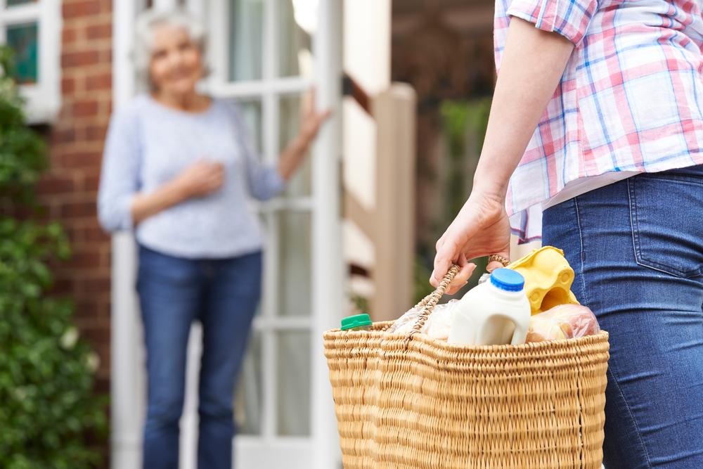 Eine 24-Stunden-Pflege übernimmt die Versorgung zuhause und wir bleiben so in unserem gewohnten Umfeld. Bildquelle: © Shutterstock.com