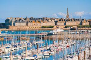 Wie eine Halbinsel liegt die Altstadt von Saint-Malo im Atlantik. Bildquelle: shuttertock.com