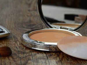 Eine Puderdose und etwas Mascara finden in jeder Handtasche Platz. Bildquelle: Pixabay.de
