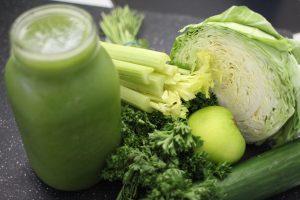 Nur keine Scheu - in einen Smoothie kann man Gemüse und Obst gleichermaßen als Zutat verarbeiten. Bildquelle: Pixabay