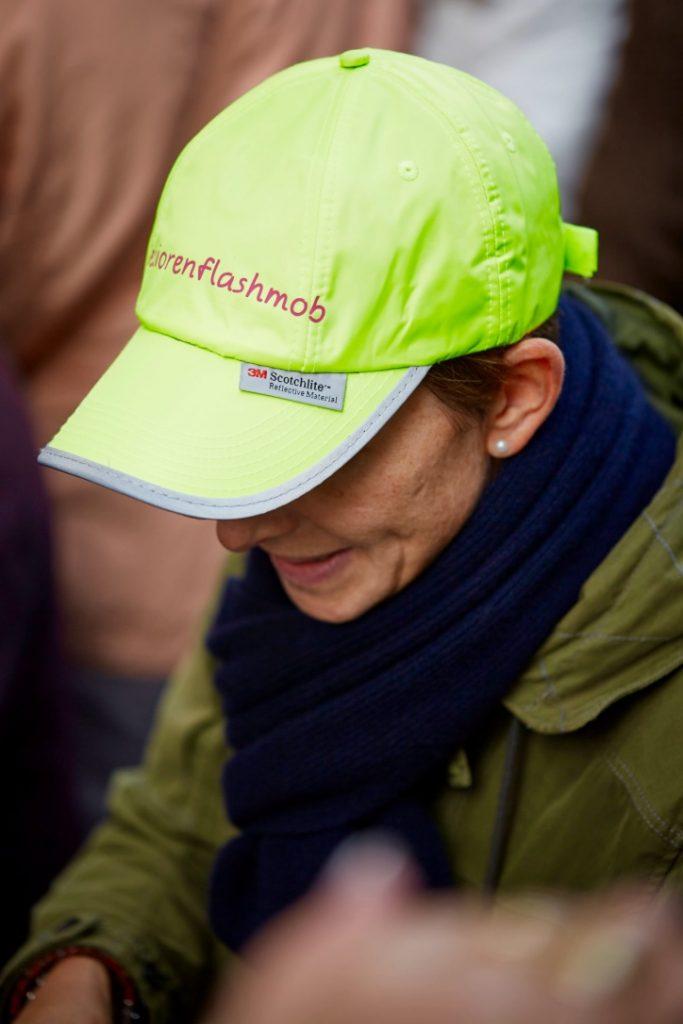 Nachhaltig, funktional und vor allem gut sichtbar - die Seniorenflashmob-Kappe. Bildquelle: © Bine Bellmann