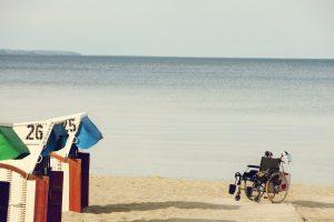 Wer auf einen Rollstuhl angewiesen ist bekommt am Strand häufig Schwierigkeiten. In Zingst stellt das DRK dafür spezialle Strandropllstühle bereit. Bildquelle: pixabay.de