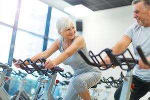 Fitness-Studios gehören schon lange nicht mehr nur der jungen Generation, auch die Generation 59plus hält isch aktiv fit. Bildquelle: © Shutterstock.com