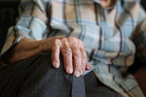 Unsere Hände verraten glücklicherweise fast immer unser Alter - auch wegen der Altersflecken. Bildquelle: Pixabay.de