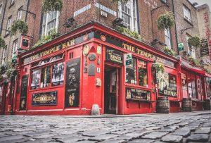 """Die traditionellen Pubs sind ebenfalls ein """"Must"""", wenn man in Irland Urlaub macht. Bildquelle: Pixabay.de"""