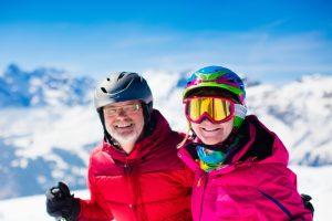 Mit Konzentration und körperlicher Fitness können Sie bis ins hohe Alter Ski fahren. Bildquelle: shutterstock.com