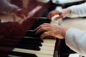 Warum nicht endlich ein Instrument erlernen oder junge Menschen darin unterrichten? Bildquelle: shutterstock.com