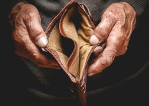 Inzwischen leider keine Seltenheit mehr - leere Geldbörsen bei den Rentnern. Wie kann die Grundsicherung helfen? Bildquelle: shutterstock.com