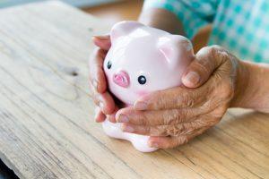 Vor allem Frauen erhalten aufgrund langer Fehlzeiten deutlich geringere Renten. Bildquelle: shutterstock.com