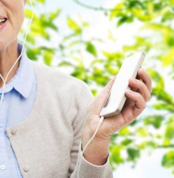 Einen Podcast kann man inzwischen ganz einfach auf sein Smartphone oder Tablet herunterladen. Bildquelle: shutterstock.com