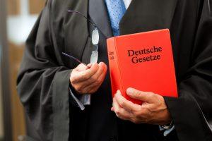 Die Arbeit des Gesetzlichen Betreuers wird seitens des Gerichtes beaufsichtigt. Bildquelle: shutterstock.com