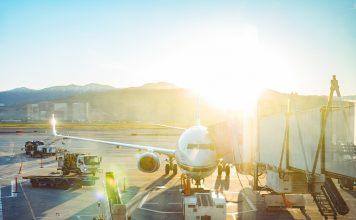 Vor allem auf Langstreckenflügen sind Kompressionsstrümpfe ein sinnvoller Begleiter. Bildquelle: Pixabay.de