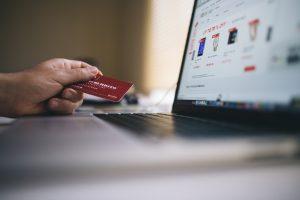 Die Bezahlung mit der Kreditkarte ist vor allem im Ausland oft einfacher als mit herkömmlichen Bargeld. Bildquelle: Pixabay.de