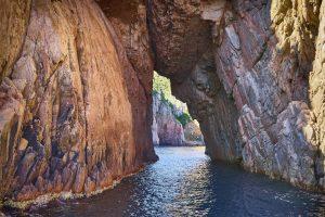 Les Calanches - die roten Felsformationen auf dem Weg von Piana nach Porto sind ein echtes Naturschauspiel. Bildquelle: shutterstock.com