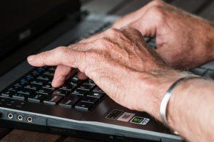 Aktiv das Alter mitgestalten, kann eine neue Aufgabe für den Ruhestand sein. Bildquelle: Pixabay.de