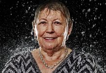 """Neugierig und mitten im Leben stehend - Gertrud B. aus Ratingen. Gewinnerin unseres Fotoshootings """"Dancing in the Rain"""". Bildquelle: www.zornfotografie.de"""