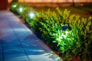Statten Sie den Garten mit kleinen Solarlampen aus, dann verhindern Sie Stolperfallen bei Dunkelheit. Bildquelle: shutterstock.com