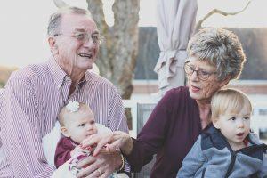 Früher waren ältere Menschen oft viel mehr in die Familie eingebunden und das Alter erfuhr eine gewisse Wertschätzung. Bildquelle: Pixabay.de