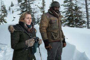 ZWISCHEN ZWEI LEBEN – Alex (Kate Winslet) und Ben (Idris Elba) irgendwo im Nirgendwo in den schneebedeckten Bergen Utahs. Quelle: © 2017 Twentieth Century Fox