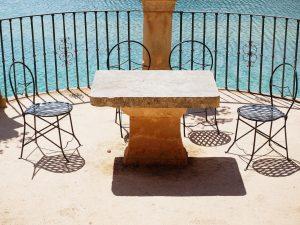 Wer über den entsprechenden Garten und damit Platz verfügt, für den kann auch ein Gartentisch aus Stein eine Alternative sein. Bildquelle: Pixabay.de