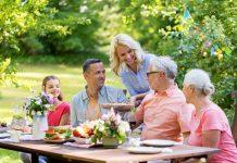 Im Frühling und im Sommer ist der Gartentisch immer ein Platz der Begegnung. Bildquelle: shutterstock.com