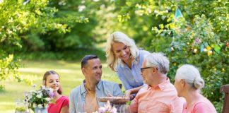 Den gut geplanten und schön angelegten Garten genießt man auch gern in guter Gesellschaft. Bildquelle: shutterstock.com