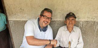Der Fotograf Karsten Thormaehlen mit dem 105-jährigen Javier Delgado aus Tumianuma, Equador. Bildquelle: ©Karsten Thormaehlen