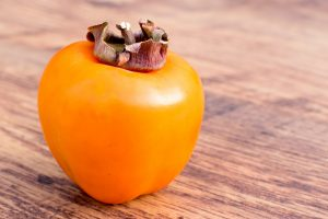 Auf den ersten Blick ähnelt die Kaki Frucht sehr einer Tomate. Bildquelle: Pixabay.de