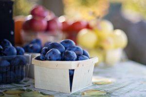 Klassisches saisonales Obst und Gemüse kann man auch ganz wunderbar auf dem Wochenmarkt oder an den Straßenverkäufen der Bauern erwerben. Bildquelle: Pixabay.de