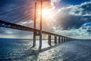 Viele Wege führen nach Schweden - in diesem Fall ist es per Auto über die Öresundbrücke. Bildquelle: shutterstock.com
