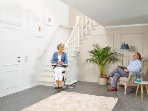 Warum beschwerlich, wenn es auch einfach geht. Ein Treppenlift von thyssenkrupp bedeutet mehr Mobilität in den eigenen vier Wänden. Bildquelle: ©thyssenkrupp AG