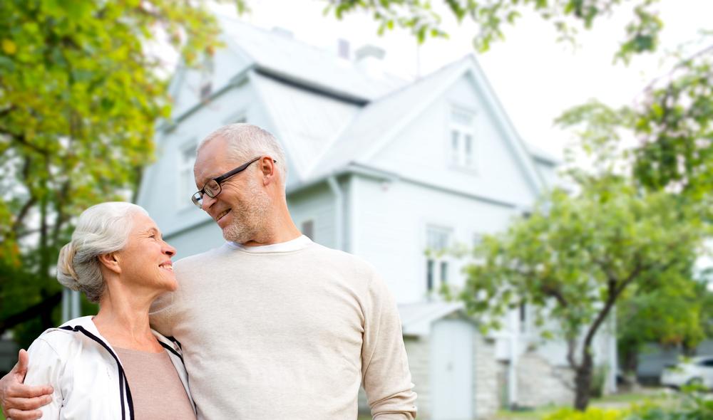 Inzwischen gibt es viele Möglichkeiten auch im Alter in den eigenen vier Wänden wohnen bleiben zu können - z. B. mit einem Treppenlift. Bildquelle: © Shutterstock.com