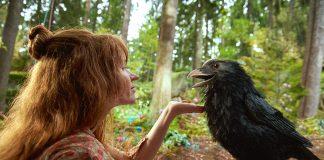 Die kleine Hexe (Karoline Herfurth) füttert Abraxas (Stimme: Axel Prahl) mit seinem Lieblingssnack: Rosinen. Quelle: Studiocanal GmbH / Claussen+Putz Film / Walter Wehner