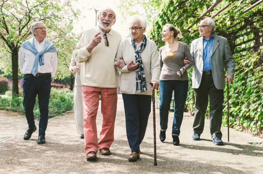 Soziale Kontakte und damit der ständige Austausch mit anderen Menschen ist vor allem im Alter sehr wichtig. Bildquelle: shutterstock.com