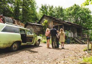 Familie Walls vor ihrem nächsten Zuhause Quelle: STUDIOCANAL / Jake Giles Netter