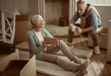 Aussortieren und schon zu Lebzeiten entscheiden wer was bekommen soll, hilft sehr bei einer anstehenden Wohnungsverkleinerung. Bildquelle: shutterstock.com