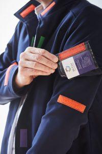 """Dank der kleinen Besonderheiten und des funktionalen Materials ist """"my-DBuddy"""" der modische Alleskönner für Menschen mit und ohne Demenz. Bildquelle: 59plus GmbH by ©BineBellmann"""