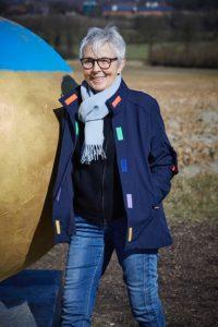 Selbstbestimmt den Alltag gestalten. Die Jacke my-DBuddy unterstützt Menschen mit Demenz genau darin. Bildquelle: 59plus / ©bine bellmann