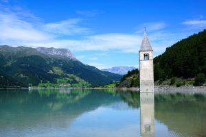 Vinschgau in Südtirol - die im See versunkene Kirche ist eines der Wahrzeichen. Bildquelle: Pixabay.de