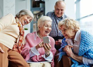 """Der Austausch über eine WhatsApp Gruppe ist inzwischen ganz normal. Viele Familien nutzen WhatsApp auch für den sog. """"Familienchat"""". Bildquelle: shutterstock.com"""