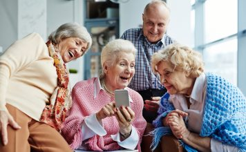 Austausch und neue Begegnungen kann sie Dank der digitalen Welt heute auf ganz unterschiedliche Art und Weise machen. Bildquelle: shutterstock.com