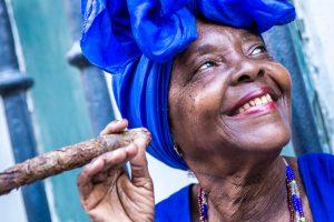 Es ist durchaus Vorsicht geboten, denn die Einwohner Havanna´s lassen sich tolle Fotos gemeinsam mit ihnen und einer Zigarre durchaus bezahlen. Bildquelle: Shutterstock.com