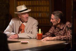 Eines von Luckys täglichen Ritualien: philosophische Gespräche mit Freund Howard (David Lynch) bei einer Bloody Mary. Quelle: © Alamode Film