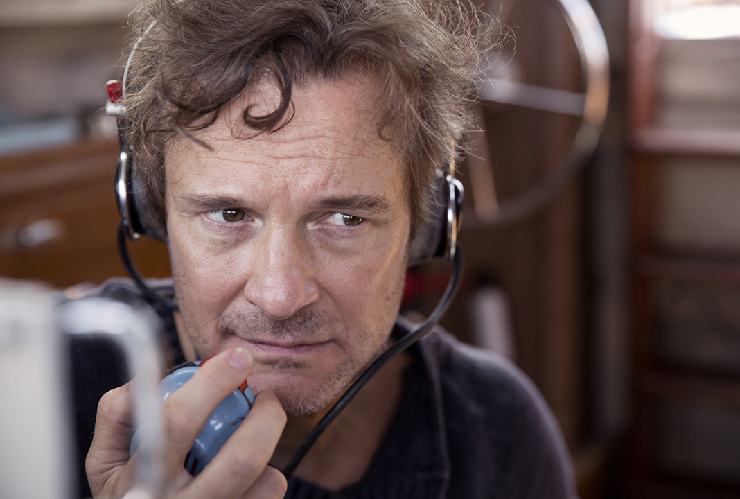 Donald (Colin Firth) in Vor uns das Meer. Der einsame Segler gibt einen Funkspruch ab. Quelle: Studiocanal GmbH / Dean Rogers