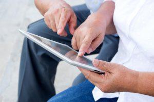 Vor allem Betreuer erhalten sinnvolle Unterstützung durch das speziell entwickelte Tablet von media4care. Bildquelle: shutterstock.com