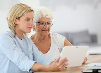 Erinnerungen fördern und dadurch schöne Momente entstehen lassen, das geht mit dem Betreuertablet von media4care. Bildquelle: shutterstock.com