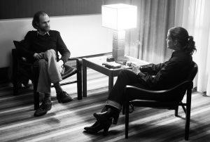 Trotz ihrer Vorbehalte gegenüber der deutschen Presse willigt Romy Schneider (Marie Bäumer) in 3 Tage in Quiberion in ein Interview mit dem STERN-Reporter Michael Jürgs (Robert Gwisdek) ein. Quelle: © 2018 PROKINO Filmverleih GmbH