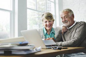 Als alleinstehende Person vielleicht die WG und als Paar dann doch lieber das Generation 59plus Dorf. Inzwischen gibt es viele mögliche Alternativen zum Thema: Wohnen im Alter. Bildquelle: shutterstock.com