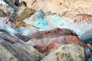 Absolut sehenswert ist der Artists Drive. Hier erstrahlen die Felsen in einzigartigen Farben. Bildquelle: shutterstock.com